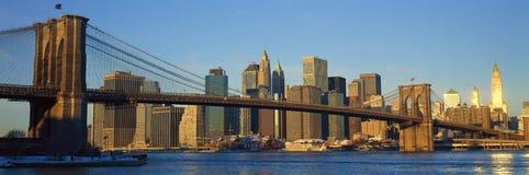 Panoramablick der Brooklyn-Brücke und des East Rivers bei Sonnenaufgang mit New York City, Ansicht NY-Skyline nach dem 11. Septem Lizenzfreie Stockfotografie