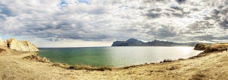 Panoramablick der Bucht nahe dem Dorf von Koktebel in Krim Stockfoto