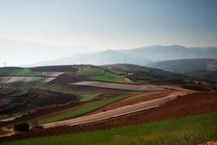 Panoramablick der chinesischen Landwirtschaftslandschaft mit Bergen Lizenzfreies Stockbild