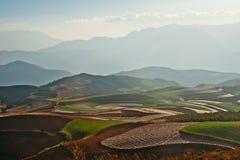 Panoramablick der chinesischen Landwirtschaftslandschaft mit Bergen und Hügel Lizenzfreies Stockfoto