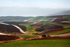 Panoramablick der chinesischen Landwirtschaftslandschaft mit Bergen und Hügeln Stockfoto