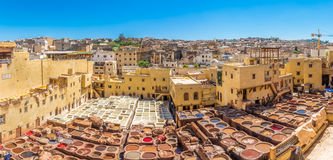 Panoramablick an der Chouwara-Gerberei im alten Medina von Fez - Marokko lizenzfreie stockbilder