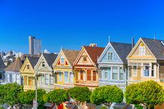 Panoramablick der Damen Sans Francisco Painted viktorianischen Häuser stockfotografie