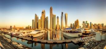 Panoramablick der Dubai-Jachthafenbucht mit Yacht und bewölktem Himmel, Dubai, UAE Lizenzfreies Stockfoto