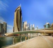 Panoramablick der Dubai-Jachthafenbucht mit Yacht und bewölktem Himmel, Dubai, UAE Stockfotos