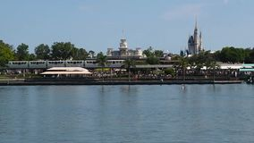 Panoramablick der Einschienenbahn, der Cinderella Castles, der Main Street -Station und der sieben Seelagune von der F?hre 2 stock video footage