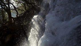 Panoramablick der erstaunlichen Wasserfallansicht Wasserfallhintergrund Quellwasser Winterwasser säubern Sie ursprüngliches stock footage