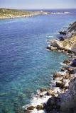 Panoramablick der Felsen, des Meeres und der Insel von Capraia und von seinem Leuchtturm lizenzfreies stockfoto