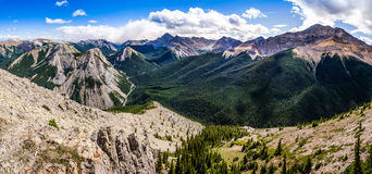 Panoramablick der felsige Gebirgsstrecke, Alberta, Kanada Stockfotografie