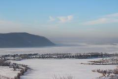 Panoramablick der Flussbiegung im Winter Stockfoto