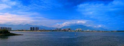 Panoramablick der Flussuferlandschaft Lizenzfreie Stockfotografie