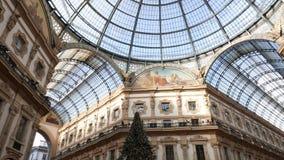 Panoramablick der Galerie Vittorio Emanuele II und der Swarovski-Weihnachtsbaum stock footage