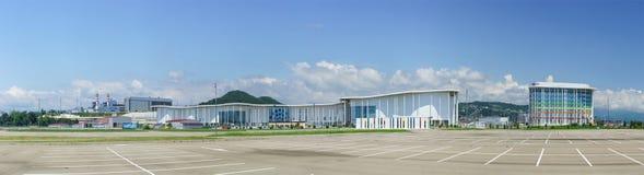 Panoramablick der Hauptmedienmitte von Sochi im Imereti-Tiefland Auf dem links - Rohre Adler HPP, auf dem Recht - Tulip Inn O Stockfoto