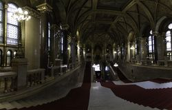 Panoramablick der Haupttreppe, die vom Haupteingang zu den Mitgliedern des Parlaments von Budapest, Ungarn empfangen stockbild