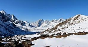 Panoramablick der Himalajaberge auf dem Weg zum Cho-Ladurchlauf Lizenzfreies Stockfoto