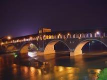 Panoramablick der historischen überdachten Brücke von Pavia - Italien Lizenzfreie Stockbilder