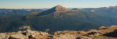 Panoramablick der idyllischen Gebirgslandschaft am sonnigen Tag lizenzfreie stockfotos