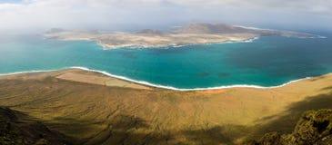 Panoramablick der Insel von La Graciosa vom Mirador-del Rio stockbild