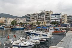 Panoramablick der Küsten- Straße der Stadt von Kavala, von Ost-Mazedonien und von Thrakien, Griechenland lizenzfreie stockfotos
