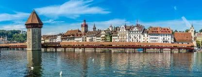 Panoramablick an der Kapellenbrücke über Reuss-Fluss in Luzern - der Schweiz stockbilder