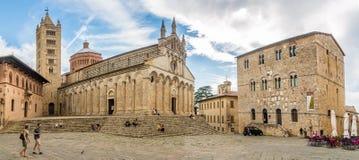 Panoramablick in der Kathedrale des Heiligen Cerbonius mit Gebäude des Museums in Massa Marittima - Italien stockfoto