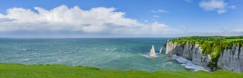 Panoramablick der Klippen von Normandie lizenzfreies stockbild