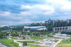 Panoramablick der Konzert-Musik-Theater-Ausstellung Hall In Summer Rike Park Tiflis, Georgia Schöner neuer Park im Stadt cente Lizenzfreie Stockfotos