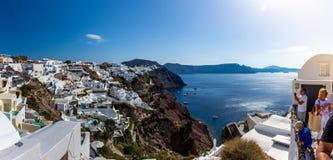 Panoramablick der malerischen Stadt von Oia in Santorini stockfotografie