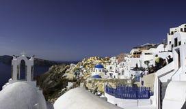 Panoramablick der malerischen Stadt von Oia in Santorini lizenzfreie stockfotografie