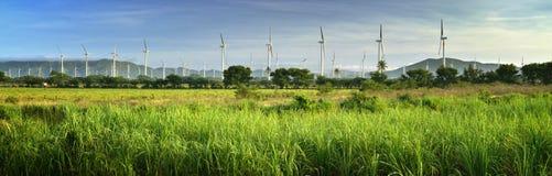 Panoramablick der modernen Windmühlen auf einem Hintergrund von mounta Stockfotografie
