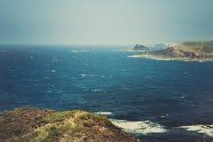 Panoramablick der netten bunten enormen Klippe und des Meeres Stockbilder