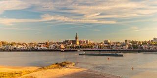 Panoramablick der niederländischen Stadt von Nijmegen während des Sonnenuntergangs Stockfoto
