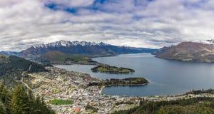 Panoramablick der remarkables, des Sees Wakatipu und des Queenstowns, Südinsel, Neuseeland stockbild