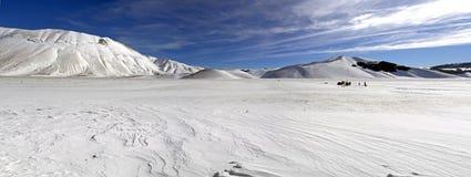 Panoramablick der schneebedeckten Hochebene von Castelluccio von Norcia, in Um Stockfotografie