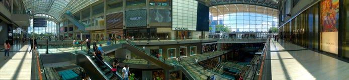 Panoramablick der Shoppes innerhalb des Malls bei Marina Bay Sands Singapore Stockfotografie