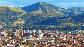 Panoramablick der Stadt Cuenca und neues Cthedral, Ecuador stockfotografie