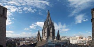 Panoramablick der Stadt vom Barcelona-Kathedralendach mit dem gotischen Turm und dem blauen Himmel Lizenzfreies Stockfoto