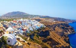 Panoramablick der Stadt von Fira, berühmte malerische weiße Häuser auf einer hohen Steigung nahe dem Meer, Santorini, Griechenlan lizenzfreie stockfotos