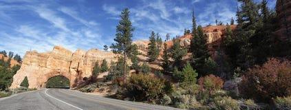 Panoramablick der Straße zu Bryce Schlucht stockfotografie