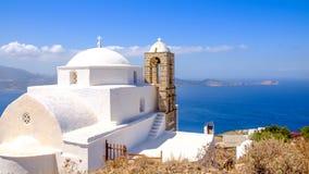 Panoramablick der traditionellen griechischen cycladic Kirche und des Meeres stockbild