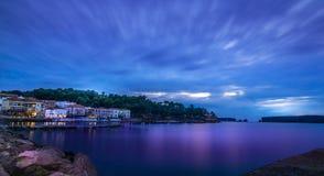 Panoramablick der Ufergegend von Pylos am Abend, blaue Stunde, Griechenland lizenzfreie stockfotografie