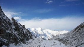 Panoramablick der Winterberge kyrgyzstan Ala-Archa stock video footage