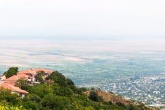 Panoramablick des Alazani-Tales von der Höhe des Hügels Stockfotos