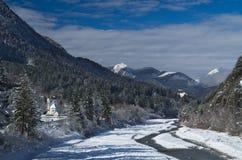Panoramablick des alpinen Dorfs von Bagni di Lusnizza und von Fella River lizenzfreie stockfotografie
