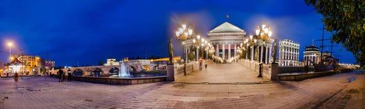 Panoramablick des archäologischen Museums und der Augen-Brücke in Skopje stockbilder