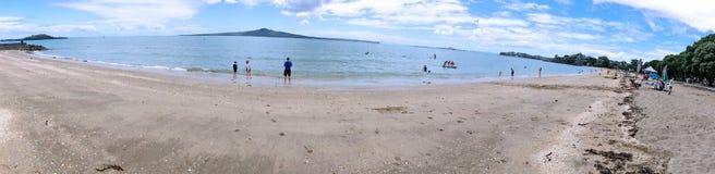 Panoramablick des Auftrag-Bucht-Strandes in Auckland Neuseeland Stockfoto