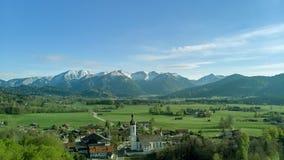 Panoramablick des bayerischen Dorfs in der schönen Landschaft nah an den Alpen stockfotografie