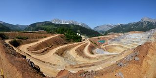 Panoramablick des Bergbausteinbruchs stockbilder