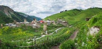 Panoramablick des Bergdorfes von Adishi in Svaneti, Georgia Ein Dorf in den Bergen mit altem Svan ragt hoch Stockfoto
