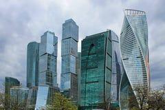 Panoramablick des bew?lkten Fr?hlingstages Moskau Russland moderner architektonischer komplexer Moskau-Glasstadt stockfoto